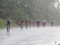 Na cyklisty se se v závěru osmého dílu Giant ligy spustila průtrž mračen s krupobitím a závod tak byl předčasně ukončen.