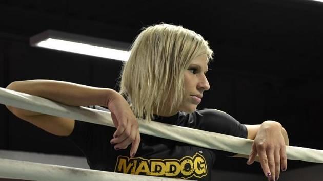 Alena Holá dosáhla vrcholu své sportovní kariéry a stala první tuzemskou ženou, která získala profesionální světový titul v K-1 kickboxingu.