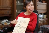 Kristina Kočárková ve svém plzeňském bytě s oceněním za dobrovolnickou činnost pro druhé