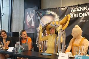 Režisérka Natália Deáková (vlevo) s pobavením přihlíží, jakéže to vlastně postavy stvořila pro představení Alenka v říši divů.