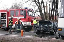 Tragická nehoda ve Zbůchu. Řidička osobního automobilu náraz do autobusu nepřežila