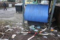 Tající sníh odkryl v minulých dnech odpadky, které lidé odhazovali poblíž kontejnerů a košů. Takto vypadá situace v plzeňské Skupově ulici