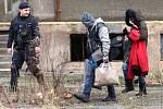 Stěhování bezdomovců z opuštěného objektu.