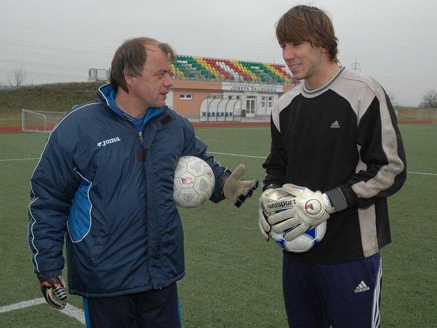Brankář Jan Šebek (vpravo) je po návratu z Anglie opět v péči trenéra Jiřího Krbečka.