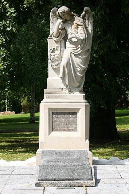 Náhrobek J. K. Tyla se nachází na Mikulášském hřbitově.