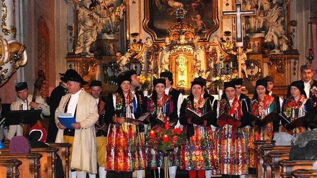 Chodský soubor Mrákov zazpíval v kostele sv. Mikuláše na třetím adventním podvečeru vánoční koledy z Chodska. Jeho vystoupení sklidilo velký úspěch
