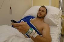 Plzeňský brankář Martin Ticháček se včera ve fakultní nemocnici podrobil operaci ramena, které si zranil během nedělního ligového utkání proti Slovácku