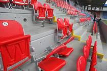 Tribuny bez sedáků. Odmontované sedáky za brankami prý potřebují jen pevněji utáhnout