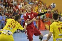 Jan Stehlík (v červeném dresu) během kvalifikačního zápasu o Euro 2018 s Makedonií.