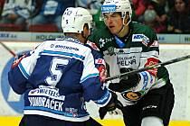 Plzeňský Tomáš Vondráček (vlevo) bojuje s Tomášem Dvořákem z týmu Energie ve včerejším derby, které Škodovka v Karlových Varech vyhrála po nájezdech.