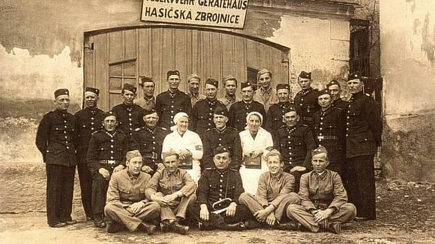Místní hasičský sbor v roce 1945.