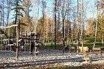 Lochotínský park se proměnil. Jsou v něm nové stromy i dětské hřiště.