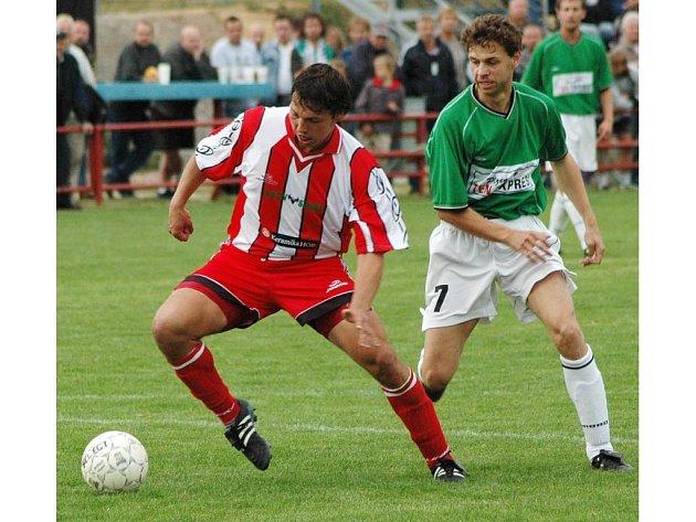 Martin Dlouhý (vpravo na snímku  v dresu Manětína) otočil dvěma góly  zápas futsalové kvalifikace s Ázerbáj〜džánem a stal se hrdinou rozhodujícího utkání