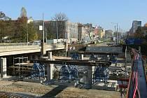 Most na Prahu nebude oproti slibům letos dokončen. Mostní konstrukce bude sice postavena, nestihnou se ale udělat izolace a asfalty. Řidiči proto budou muset přejíždět do protisměru až do jara příštího roku, pak se začne se stavbou druhého mostu.