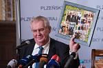 Prezident Miloš Zeman na zámku ve Zbirohu dostal soudek piva, které pro něj uvařili zastupitelé Plzeňského kraje