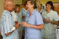 JAN SIVÁŇ (vlevo) připravil pro nemocniční personál malou oslavu jako poděkování za jejich péči o pacienty.