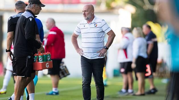 Zadumaný trenér Michal Bílek už připravoval další střídání, když v tom přišel vítězný gól.