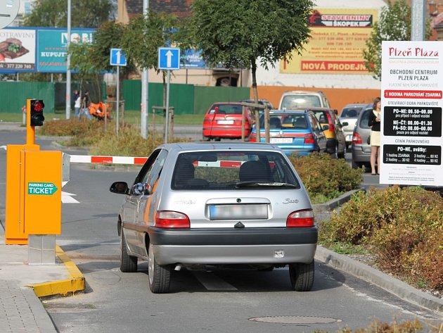 Parkoviště před obchodním centrem Plaza zavedlo placené parkování při době delší než jedna hodina. Chce tak uvolnit místo zákazníkům, kteří přijedou nakoupit a zvládnou to v krátkém časovém úseku