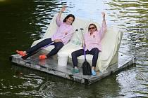Plavba netradičních plavidel na řece Radbuze v Plzni