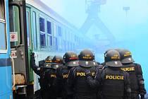 Pořádková jednotka plzeňské policie cvičila zásah proti rozběsněným fotbalovým fanouškům v areálu železničního depa.