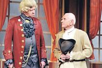 Miroslav Popek (na snímku vpravo) ve své nejnovější roli na scéně Velkého divadla v Plzni – v Jiráskově Lucerně jako rychtář Votruba se Zdeňkem Muchou v postavě Vrchního.
