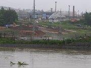 Povodeň v Plzni v Jateční ulici na staveništi nového mostu přes Berounku