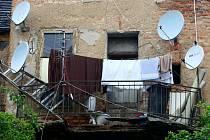 Zřícený balkon v Rubešově ulici v Plzni. Balkon se propadl pod jedním z obyvatelů domu