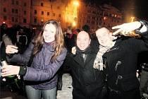 SILVESTR POD ŠIRÝM NEBEM. Ani letos nebudou chybět oslavy příchodu nového roku na plzeňském náměstí Republiky. V loňském roce se tam bavily stovky Plzeňanů.