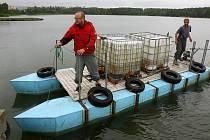 Aplikační roztok speciání látky PAX 18 byl v úterý lodí rozvezený po celé ploše Boleveckého rybníka
