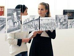 Výstava v Masných krámech ukazuje dramatické osudy lidí, kteří prchali před totalitními režimy.