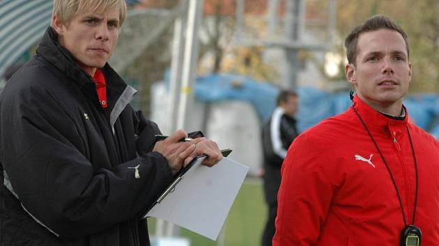 Trenér dorostu Viktorie Plzeň Jiří Žilák (vpravo) společně s Martinem Bittenglem během  jedoho z utkání probíhající sezony