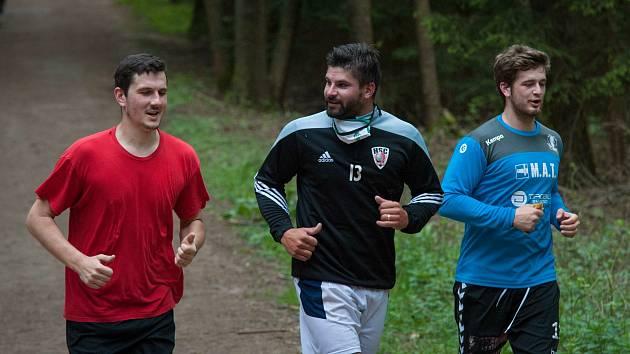 Milan Škvařil (uprostřed) při prvním tréninku Talentu Plzeň v letní přípravě.