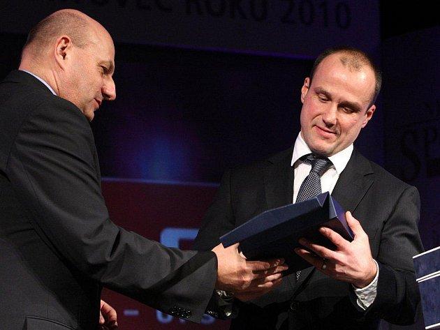 Šéfredaktor sportu Plzeňského deníku Václav Vacek předává cenu Martinu Strakovi, který se stal hvězdou čtenářů