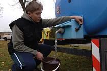 Martin Mészáros již nemusí čepovat vodu z cisterny. Studnu měli Mészárosovi vinou souseda vyschlou stejně jako mnoho dalších rodin z Radobyčic