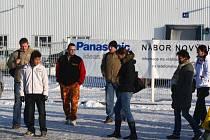 Firmy v průmyslové zóně omezily výrobu a propouštějí agenturní zaměstnance. Někde se však stále objevují informace o tom, že nabírají pracovníky