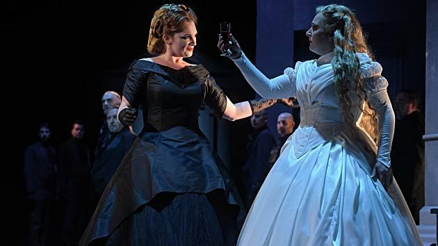 Ester Pavlů jako Cizí kněžna a Ivana Veberová v roli Rusalky.