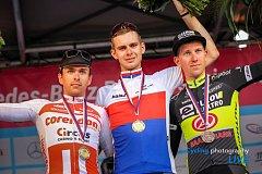Jan Rajchart (na snímku vpravo) slaví bronz z mistrovství ČR v silničním závodě v Plzni spolu s druhým Adamem Ťoupalíkem a novým šampionem Jakubem Otrubou (zleva).