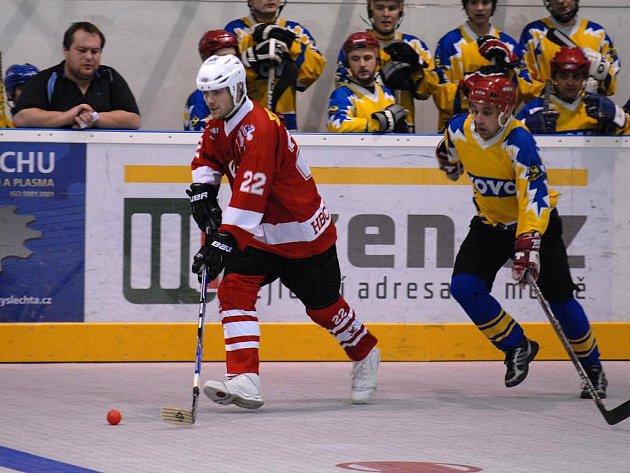 Hokejbalisté TJ Kovo Praha porazili v základní skupině HBC Rakovník (hráč v červeném dresu) 1:0, v konečném pořadí turnaje skončili na čtvrtém místě