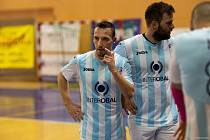 Futsalisté Interobalu Plzeň Michal Kovács (vpravo) a Peter Kozár během poločasové přestávky.