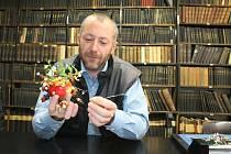 Michal Chmelenský ukazuje ježka, dekoraci vyrobenou z jablka, sušeného ovoce a zimostrázu.
