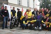 Třicítka speciálních kurýrů se rozjela po Plzni, aby v rámci dobročinného projektu Misse vybrala peníze na nákup elektrického vozíku pro Plzeňana Jana Varvařovského. Ten před 16 lety ochrnul poté, co se vážně zranil při záchraně tonoucího kamaráda.