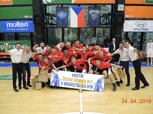 Týmové foto GBA Praha basketbalových mistrů republiky do 19 let.