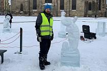Sochař Petr Šťastný vyřezal z ledu například žirafu, chameleona nebo tučňáka.