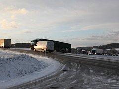 Řidiče mezi Nepomukem a Kasejovicemi potrápila ledovka
