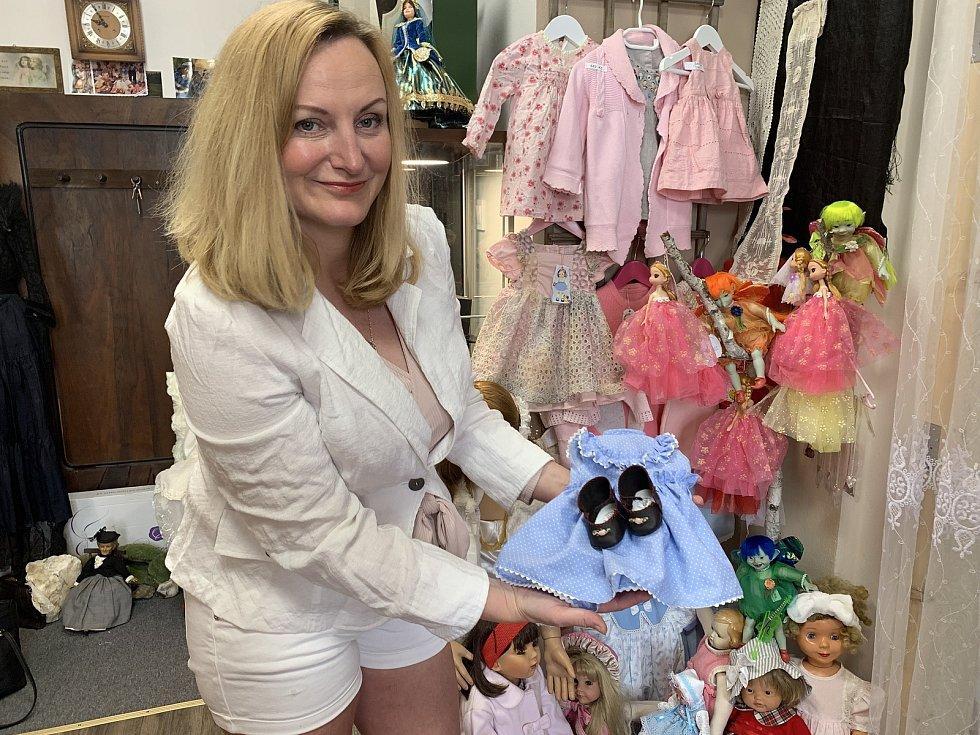 Jiřina Havlová s oblečkem a botičkami pro panenky, které ušila.