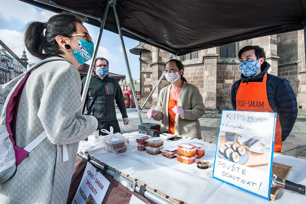Farmářské trhy v Plzni na náměstí Republiky.