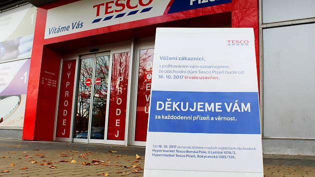Tesco se se zákazníky loučilo oznámením, že od 16. 10. 2017 už neotevře.