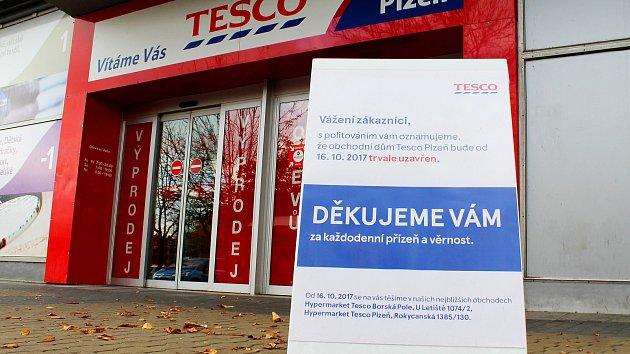 Tesco se se zákazníky loučilo oznámením, že od pondělí už neotevře.