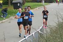 Eva Potůčková (na archivním snímku z Plzeňského půlmaratonu vpravo) ovládla 10. ročník triatlonu Waldviertler Eisenmann v rakouském Litschau systémem start – cíl.