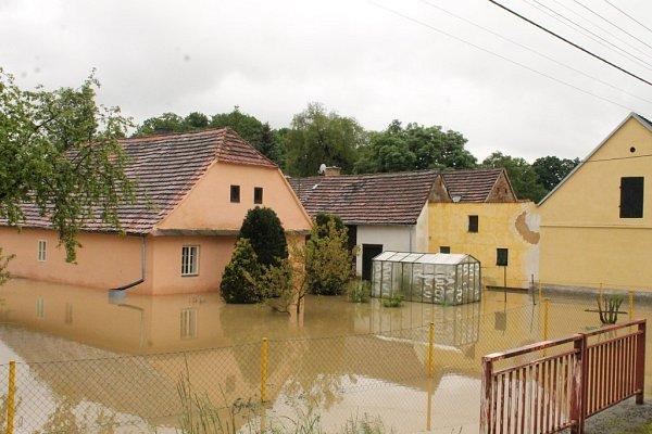 VDolní Lukavici kromě řeky napáchal velkou škodu ivylitý rybník.